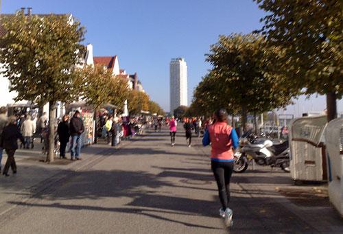 Läufer auf der Promenade in Travemünde, im Hintergrund das Maritim Hotel