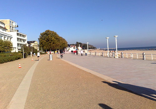 Strandpromenade mit einem Läufer weit voraus