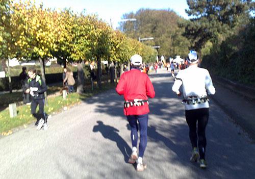 Marathon-Läufer und im Hintergrund die Fahnen des Wendepunkts