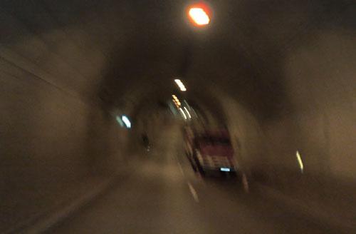 Herrentunnel mit Feuerwehrwagen am tiefsten Punkt