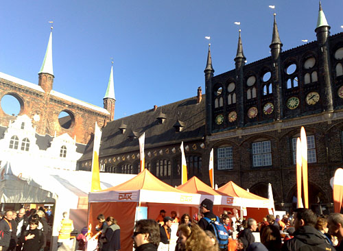 Lübecker Marktplatz mit Marathon-Zelten