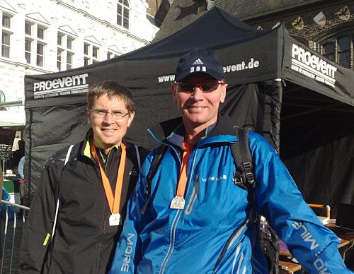 Marathon-Läufer mit Medaillen