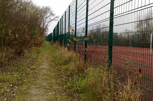 Pfad neben Tennisplätzen