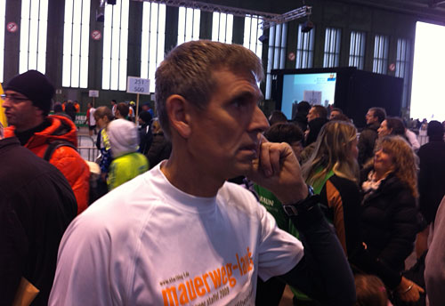 Läufer mit Laufshirt der Mauerweg-Staffel