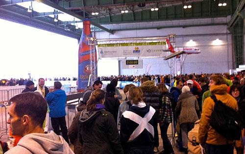 Läuferinnen und Läufer im Hangar