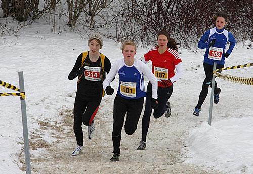 Läuferinnen bei einem Crosslauf-Wettkampf