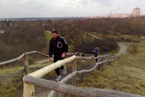 Läufer beim Hinauflaufen zum Gipfel