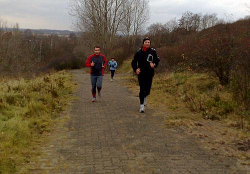 Läufer laufen steilen Weg hinauf