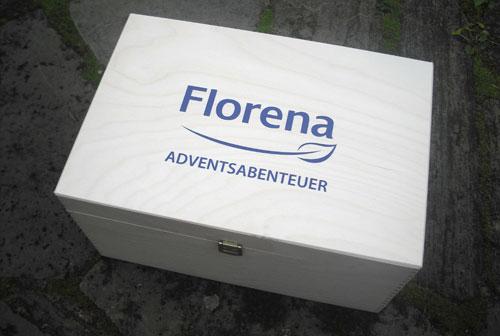 Holzkiste mit Aufdruck Florena Adventsabenteuerkiste