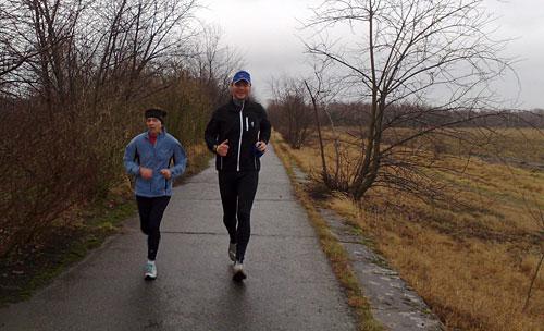 Läuferin und Läufer auf dem Mauerweg