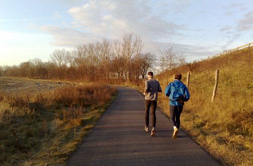 Läufer zwischen Lärmschutzwall und Feld