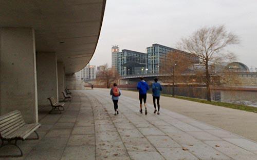 Läufer vor dem Hauptbahnhof