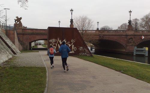 Läufer vor Brücke