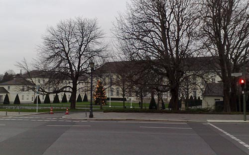 Schloss Bellevue mit Weihnachtsbaum