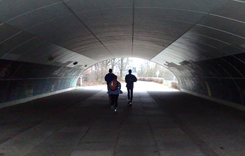 Läufer im Tunnel unter einer Brücke