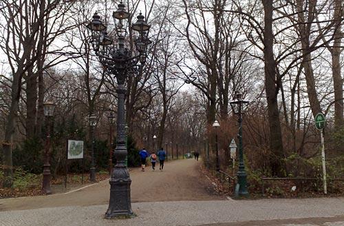 Läufer im Tiergarten mit Gaslaternen