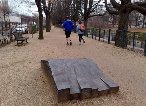 Kunst und Läufer auf Uferweg