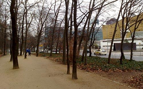 Läufer auf Tiergarten-Weg gegenüber der Philharmonie