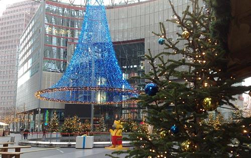Blaue Lichtinstallation im Innenhof des Sony Center