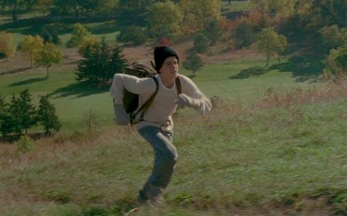 Läufer mit Rucksack beim Hügellauf
