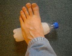 Fuß rollt über Eisflasche