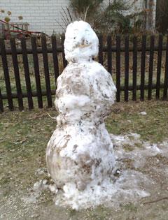 Schneemann auf grüner Wiese