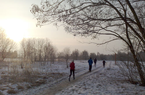 Läufer im Schnee bei noch verhaltenem Sonnenschein