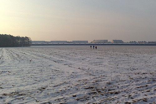 Weit entfernte Läufer in weiter Landschaft