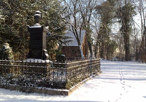 Kiepert-Grab neben der Dorfkirche Marienfelde
