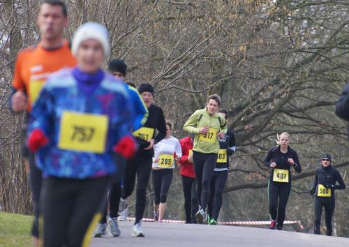 Läuferinnen und Läufer bei der Steigung
