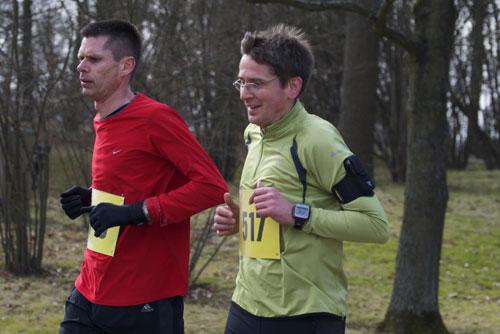 Lächelnde Läufer beim 10-km-Lauf im Britzer Garten