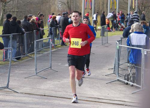 Läufer im Ziel des Britzer Garten Laufs