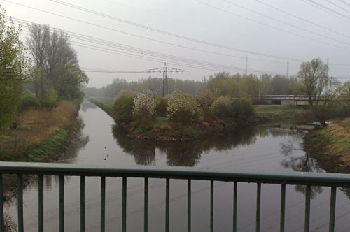 Brücke mit Fluss und Kanal