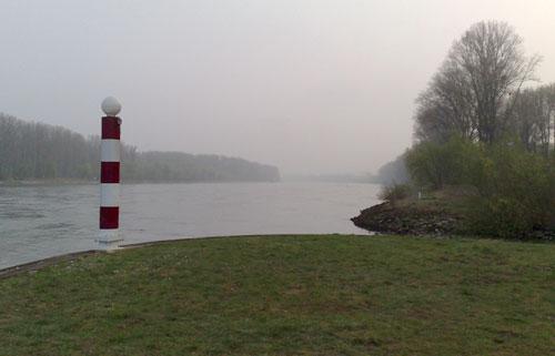 Rhein mit Markierungspfosten