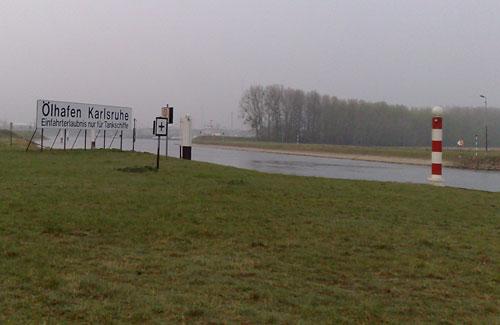Schild Ölhafen Karlsruhe am Rhein