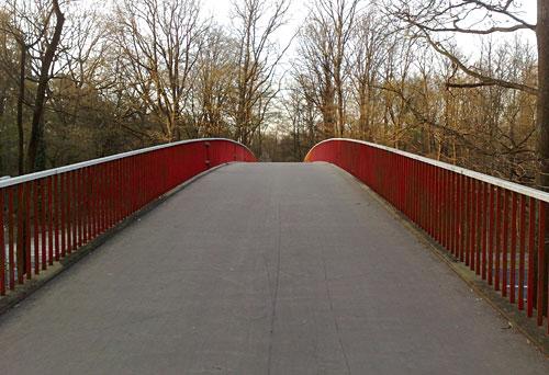 Brücke mit rotem Geländer