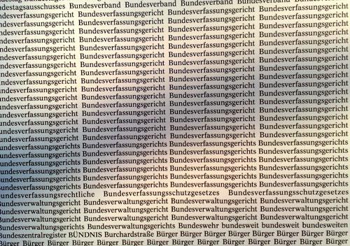 Kunstprojekt am Bauzaun: Wörter aus Urteilen des Bundesverfassungsgerichts