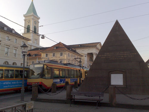 Pyramide und Marktplatz