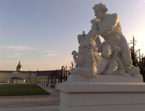 Skulptur vor dem Schloss Karlsruhe