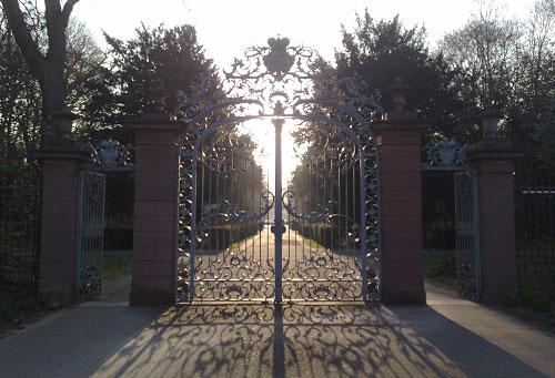 Tor im Schlossgarten im Gegenlicht