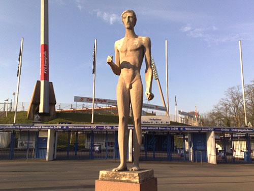 Wildpark-Stadion mit Skulptur Nackter Mann