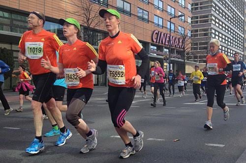 Läufer im offiziellen Berlin-Halbmarathon-Shirt 2012