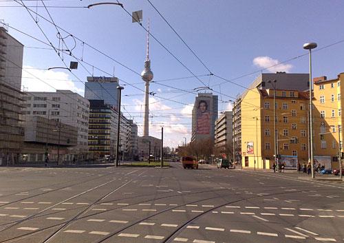 Straße mit Fernsehturm