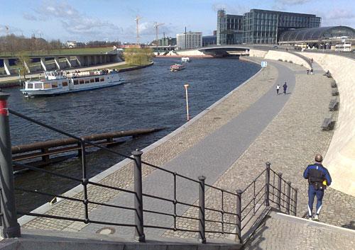 Spree, Ausflugsschiff und Hauptbahnhof