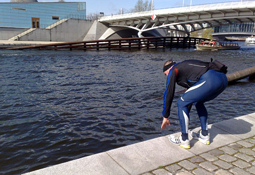 Läufer in Schwimmer-Startsprungpose