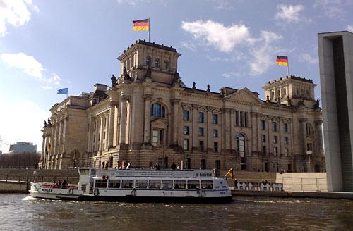 Reichstag von der Spree aus gesehen