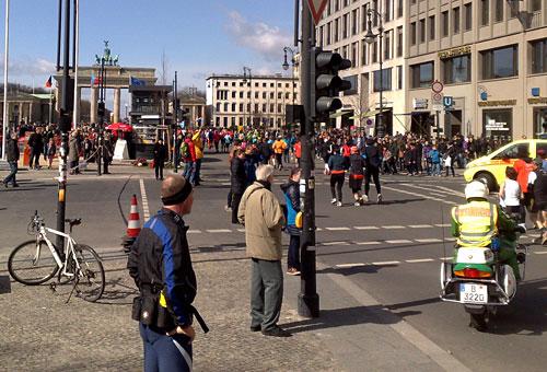 Brandenburger Tor und Halbmarathon-Läufer