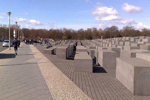 Läufer am Stelenfeld des Denkmals zur Erinnerung der ermordeten Juden Europas