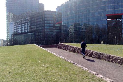 Läufer vor Hochhäusern des Potsdamer Platzes