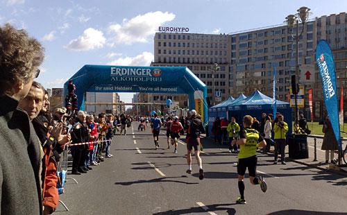 Blaues Zieltor über der Laufstrecke am Leipziger Platz